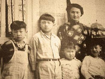 许氏四兄弟小时候,能认出来吗?(左起)许冠武、许冠文、许冠杰、许冠英。这看小时候,许冠杰和许冠英得掉个位。