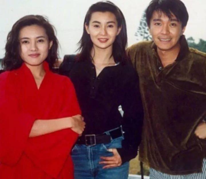 老照片:《92家有喜事》拍摄期间,李丽珍,张曼玉,周星驰在一起合影留念。
