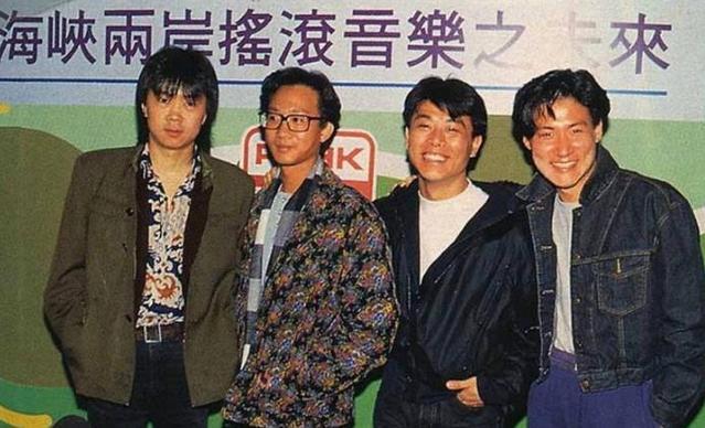 老照片:1990年4月3日,崔健参加了海峡两岸华语音乐代表人物的座谈会,当时在香港电台他跟黄家驹、伍思凯、张学友一起拍下了这一张罕见的照片,合照里的黄家驹看起来又瘦又黑,但在他早年演唱会上可并非这样,或许当时是因为灯光的原因吧。