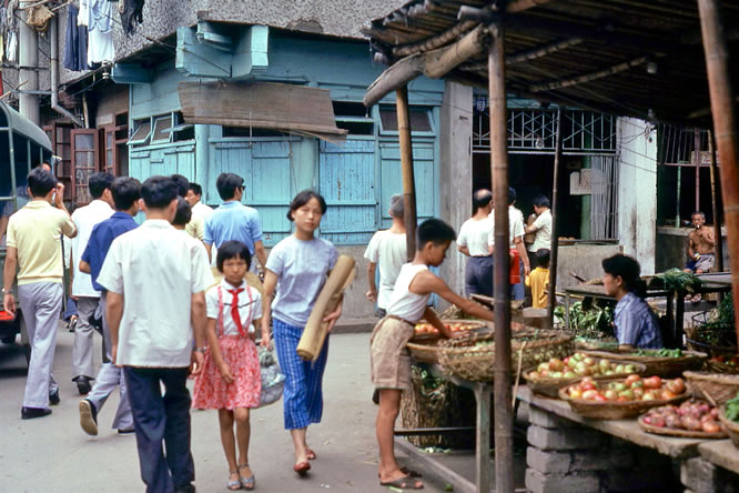 老照片:1979年,上海,菜市场内一个卖水果的小摊。