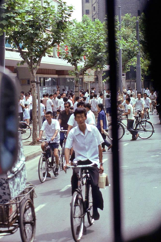 老照片:1979年,上海街道,那时候人们出行大都是骑自行车。