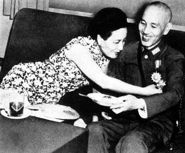 """老照片: 1943年夏,史迪威代表罗斯福总统颁赠勋章给蒋介石。后来宋美龄说:""""我最喜欢的还是中国空军的飞鹰勋章。"""""""