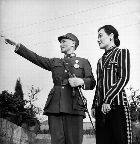 """老照片:1941年美国记者特意拍摄的蒋介石为宋美龄""""指点江山""""图。"""