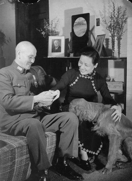 老照片:蒋介石和宋美龄闲暇时光读书、聊天,好不恩爱。照片上的宠物狗据说是孔二小姐所送。