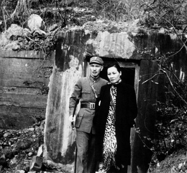 老照片:日本空袭后,在重庆的蒋介石和宋美龄走出防空洞。