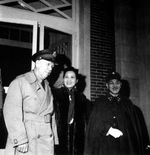老照片:马歇尔来华调停受到蒋介石的欢迎,宋美龄一直是二人的翻译。