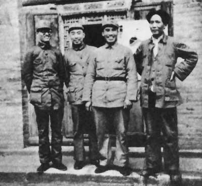 老照片:1937年春,朱德和毛泽东、周恩来、博古在延安。