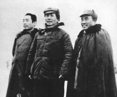 老照片:1946年3月4日,朱德和毛泽东、周恩来在延安机场。