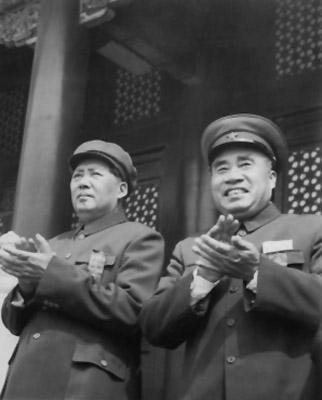 老照片:1952年5月1日,朱德和毛泽东在天安门城楼上。