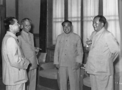 老照片:1956年6月,朱德和毛泽东、刘少奇、周恩来在中南海怀仁堂。