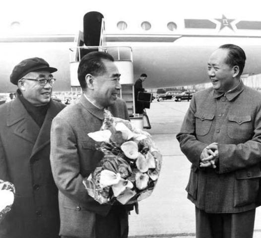 老照片:1964年,周恩来访苏归来,毛泽东、朱德等前往首都机场迎接。